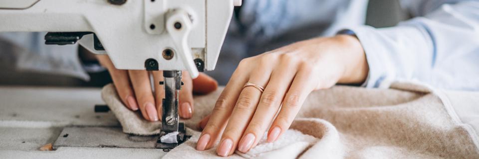 Radimo sve vrste krojačkih usluga i šijemo odjevne predmete po mjeri.